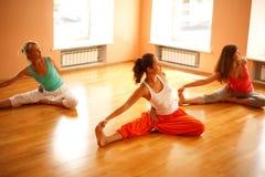 Göra yoga i vård- klubba Royaltyfria Bilder