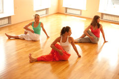 Göra yoga i vård- klubba Arkivbild