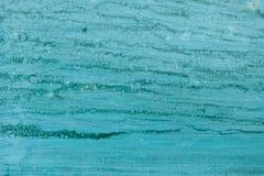 görad randig bakgrundsblue Väggtextur med stekflottmålarfärg Arkivbilder