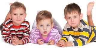 görade randig liggande skjortor för roliga ungar Arkivfoton