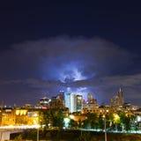 Görande ljusare slag ovanför Denver Skyline Arkivbilder