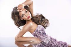 Görar perfekt den kvinnliga ståenden för skönhet med rengöring flår Royaltyfri Bild