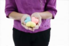 Göras suddig av hjärta för hemslöjd för kvinnahåll 3 färgrik i hennes hand arkivbilder