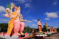 Götter im Hinduismus im Tempel Thailand und im blauen Himmel Lizenzfreies Stockfoto