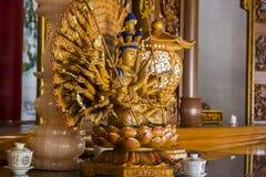 Göttin der Gnade tausend Handstatue zeigend Stockbilder