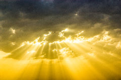 Göttlicher Sonnenuntergang mit Sonnenstrahlen lizenzfreie stockbilder