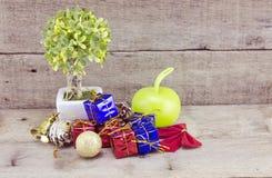 Günstige Blick Weihnachtsdekorationen mit rotem Ball, grünem Ball, rotem Band, Glocke, kleinem Baum auf weißem Topf und künstlich Stockbilder
