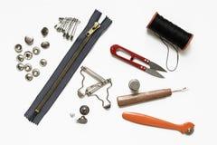Gürtelschnallen und Niete und Metallnähendes Zubehör Lizenzfreies Stockfoto