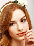 Güte. Porträt der jungen milden Frau mit weißer Blume auf ihrem Kopf Stockfotografie