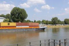 Güterverkehr durch Lastkähne entlang dem Mosel-Fluss in Koblenz stockbilder
