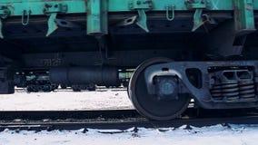 Güterwagen mit Fracht Die Bewegung des Zugs stock video