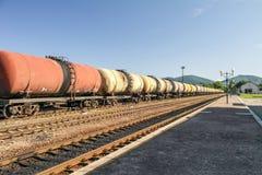 Güterzüge Eisenbahnserie der Tankerautos, die Rohöl auf den Spuren transportieren Lizenzfreies Stockfoto