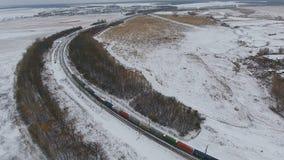 Güterzug auf der Eisenbahn im Winter Benzin, Kraftstofftanks Luftschuß stock video