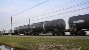 Güterzug, der mit Ton überschreitet stock footage