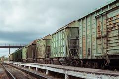 Güterzug an der Plattform Stockfoto