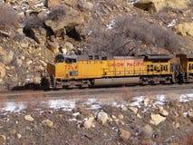 Güterzug in der schmalen Schlucht Stockfotografie