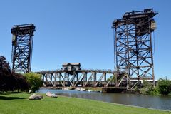 Güterzug, der vertikale Brücke kreuzt Lizenzfreies Stockbild