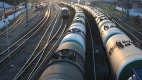Güterzug, der vorbei überschreitet stock footage