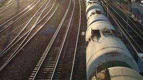 Güterzug, der vorbei überschreitet stock video