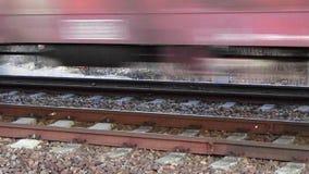 Güterzug, der vorbei am Hochgeschwindigkeitsabschluß herauf die Ansicht - loopable überschreitet stock video footage