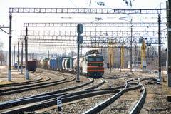 Güterzug mit Autos reitet schnell entlang die Schienen entlang lizenzfreie stockbilder