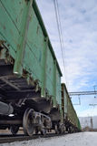 Güterzug mit Bassinwagen auf den Bahnen Lizenzfreies Stockfoto