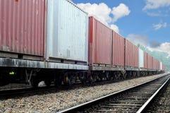 Güterzug am schönen sonnigen Tag Stockfoto