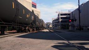 Güterzug an Schiene orad Überfahrt stock footage