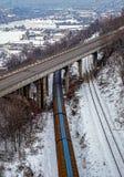Güterzug unter der Brücke Stockbild