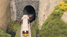 Güterzug verlässt Tunnel Vorbildliche Eisenbahnspur stock video footage