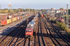 Güterzug von der deutschen Schiene, Deutsche Bahn, fährt durch den Güterbahnhof Lizenzfreie Stockfotos