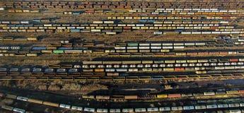 Güterzugautos auf den Bahnen, gesehen von oben Lizenzfreie Stockbilder