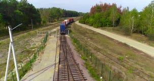 Güterzugtransportbehälteransicht vom Brummen, Transport der Fracht durch Zug, Transport von Behältern stock video
