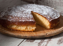 Gąbka tort cytryna nad drewnianym tłem Fotografia Royalty Free