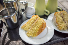 Gąbka tort pokrajać na talerzach zdjęcie stock