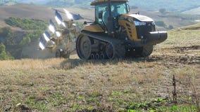 Gąsienicowego ciągnika pretendent MT765D zaczyna orać pole włochy Toskanii zdjęcie wideo