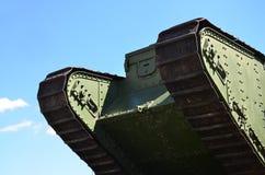 Gąsienicy zielony Brytyjski zbiornik Rosyjski wojsko Wrangel w Kharkov przeciw błękitnemu sk fotografia royalty free