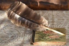 Gąska notatnik na bieliźnianym tablecloth i piórko zdjęcie royalty free