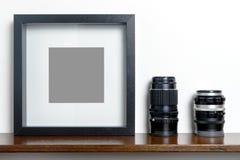 Gęsta pusta czarna fotografii rama na szelfowym kamera obiektywie fotografia stock