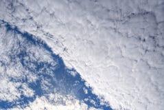 Gęste na wysokim szczeblu altocumulus chmury, wygina się w niebie obrazy stock