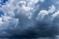Gęsto chmurny niebo z burz chmurami Zasoby dla projektantów zdjęcia royalty free