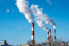 Gęsty dym beka od fabrycznych kominów zdjęcia royalty free