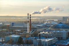 Gęsty dym beka od fabrycznych kominów zdjęcie stock