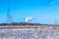 Gęsty dym przeciw niebieskiemu niebu Obrazy Royalty Free
