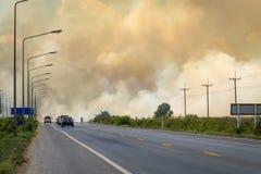 Gęsty zmroku dym od ogienia przy stroną droga obrazy stock