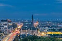 Główna droga i latarnie uliczne Kopenhaga, linia horyzontu przy nocą Obraz Stock