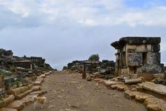Główna droga w necropolis antyczny rzymski miasto Hierapolis obrazy royalty free