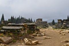 Główna droga w necropolis antyczny rzymski miasto Hierapolis zdjęcia stock