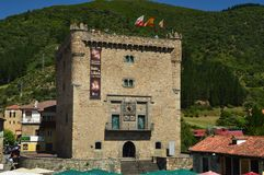 Główna fasada Infantado wierza W willi De Potes Natura, architektura, historia, podróż zdjęcie stock