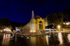 Główna kolumnada i śpiewacka fontanna przy nocą republika czech - Marianske Lazne - zdjęcia stock